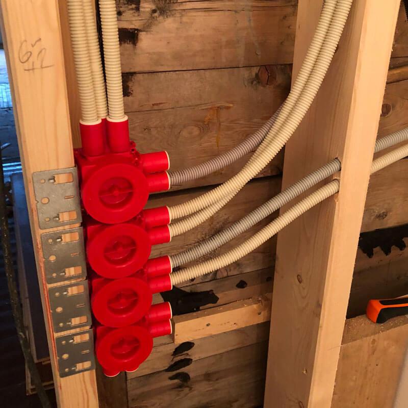 ny strøm kabler i vegg